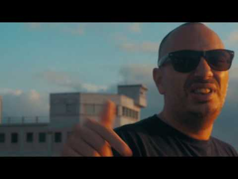 Clip de John Sadeq, Le goudron et les plumes